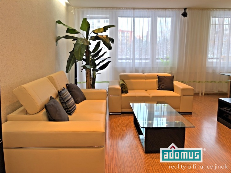 Pronájem bytu 3+kk v ulici Werichova, sídliště Barrandov, Hlubočepy – Praha 5 - obývací pokoj, pohovka